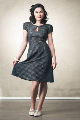 Vrouw met retro jurk