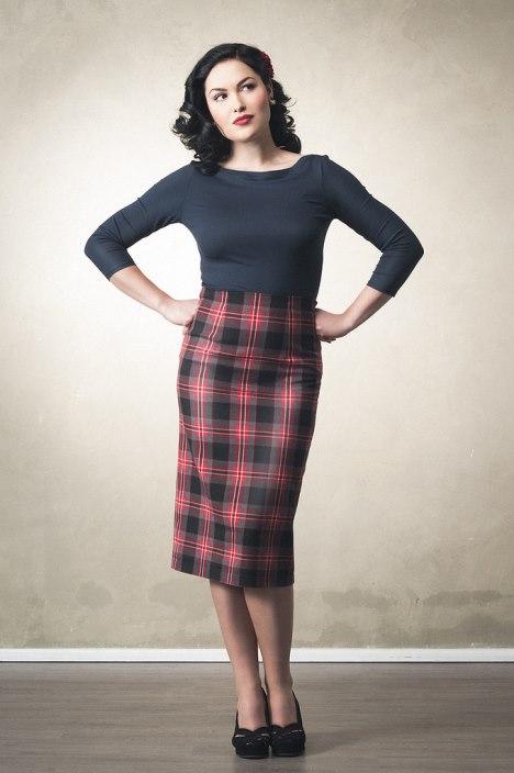 Vrouw met retro rok en donkere top